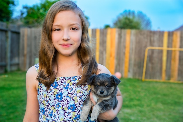 Retrato de menina linda criança com cachorrinho chihuahua doggy
