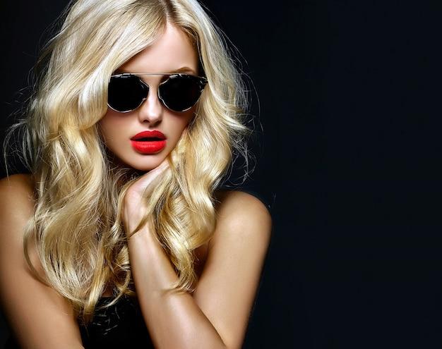 Retrato de menina linda mulher loira bonita em óculos de sol com lábios vermelhos
