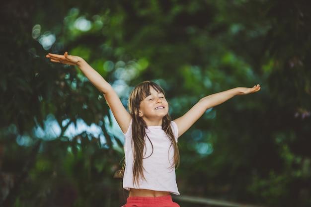 Retrato de menina linda sorridente na fazenda
