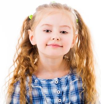 Retrato de menina loira alegre