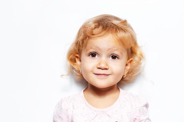 Retrato de menina loira criança.