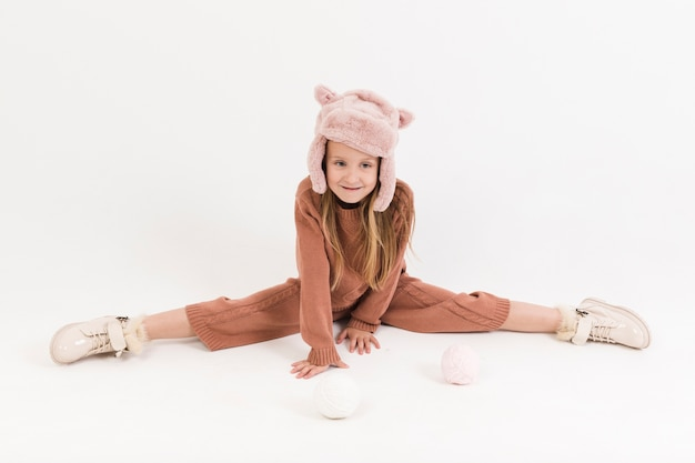Retrato de menina loira fazendo espacate