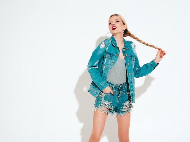 Retrato de menina má hipster jovem bonita em roupas da moda jeans e brinco no nariz. modelo positivo se divertindo