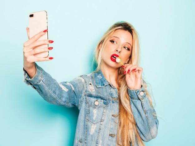 Retrato de menina má hipster jovem bonita em roupas da moda jeans verão e brinco no nariz