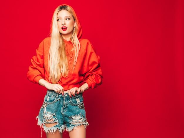 Retrato de menina má jovem hippie bonito no capuz vermelho na moda e brinco no nariz. modelo positivo se divertindo