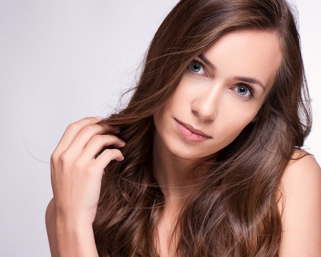 Retrato de menina moda modelo com cabelo longo sopro.
