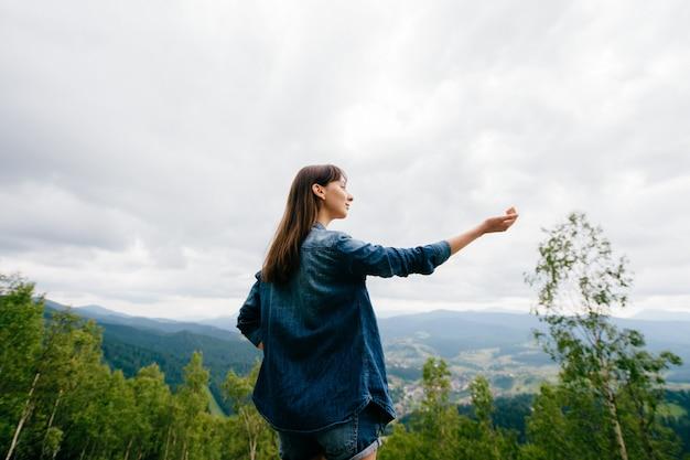 Retrato de menina morena nas montanhas de verão
