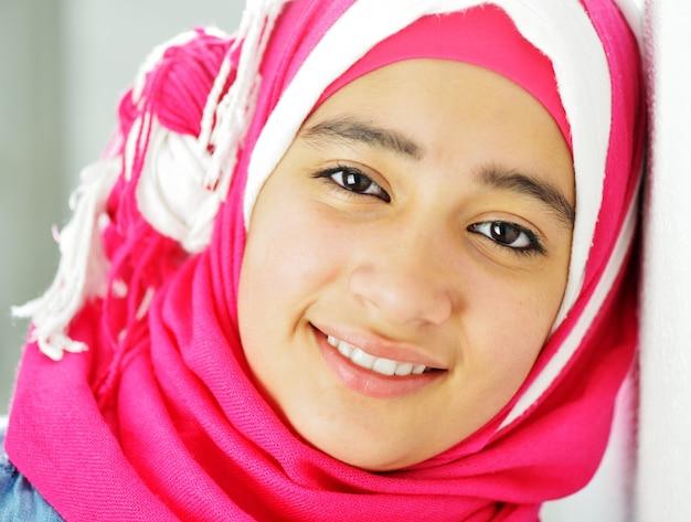 Retrato de menina muçulmana bonita