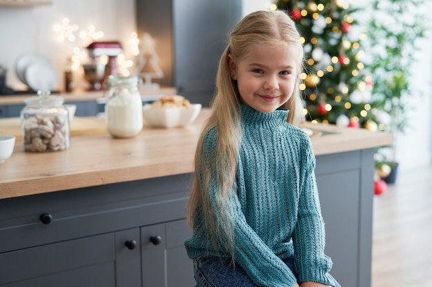 Retrato de menina na cozinha durante o natal