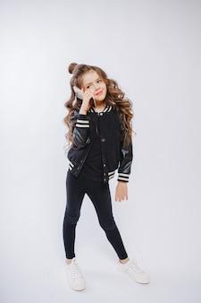 Retrato de menina na moda hipster, penteado encaracolado, falando ao telefone