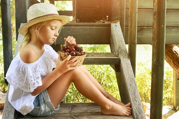 Retrato de menina no fundo do jardim de verão