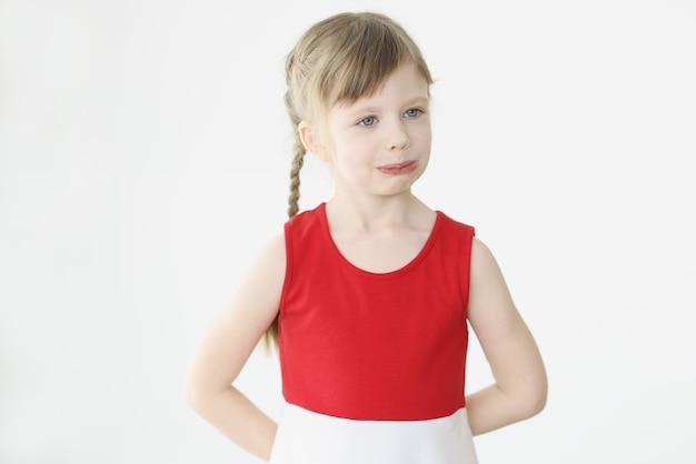 Retrato de menina ofendida em fundo branco, humor infantil e conceito de ressentimento