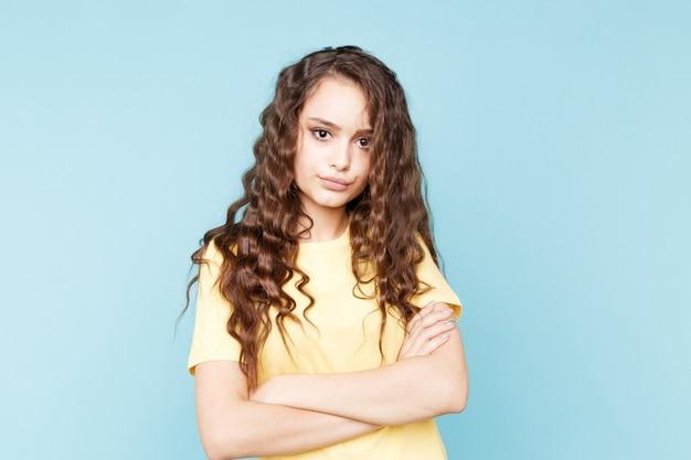 Retrato de menina ofendida posando no estúdio isolado.