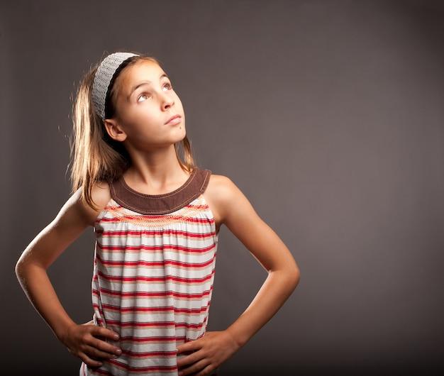 Retrato de menina pensando
