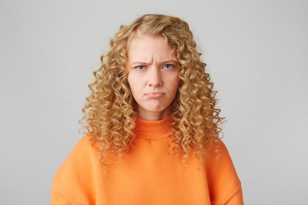 Retrato de menina rabugenta com raiva emocional parece triste
