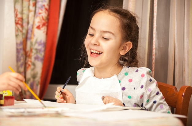 Retrato de menina rindo desenhando na tela