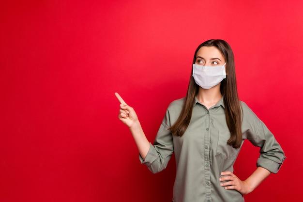 Retrato de menina saudável usando máscara de segurança mostra cópia de medidas preventivas de espaço em branco vazio