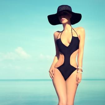 Retrato de menina sensual da moda de férias