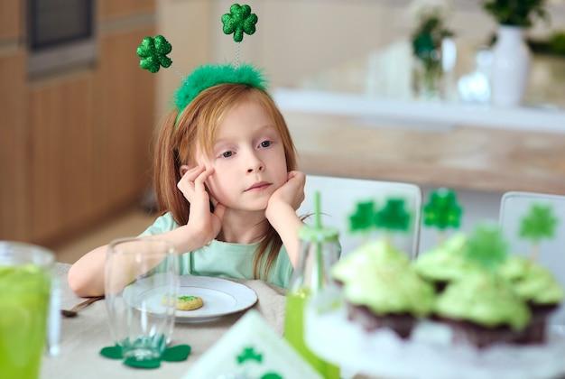 Retrato de menina sentada à mesa