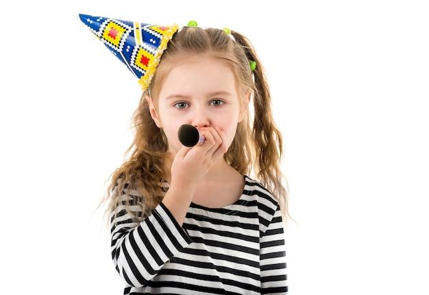 Retrato de menina soprando no ventilador de festa