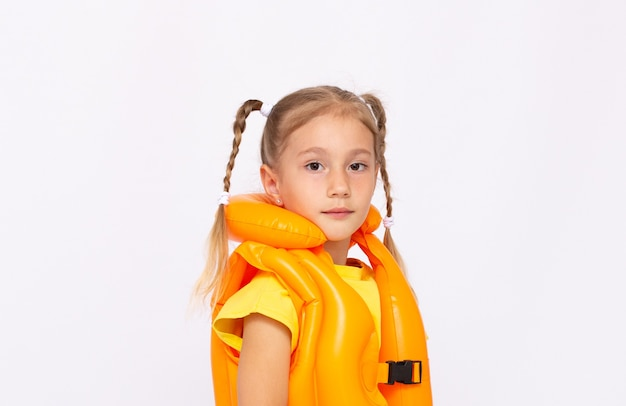 Retrato de menina sorridente com colete salva-vidas