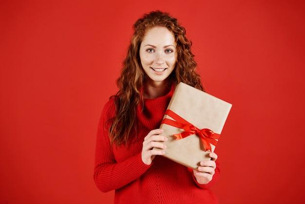 Retrato de menina sorridente com presente de natal