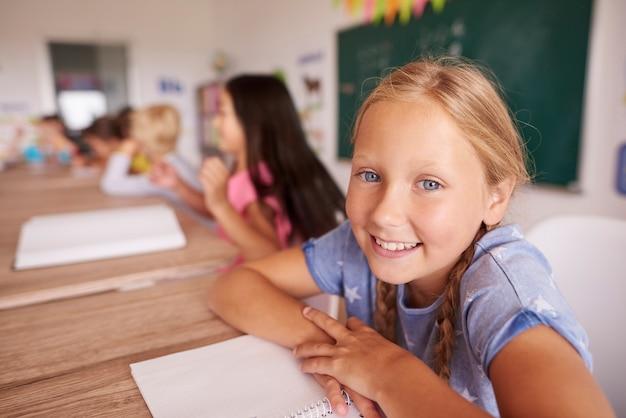 Retrato de menina sorridente do ensino fundamental
