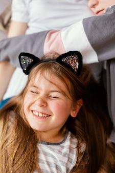 Retrato de menina sorridente em casa Foto gratuita