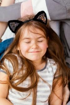 Retrato de menina sorridente em casa