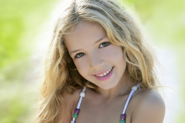 Retrato de menina sorridente feliz verde ao ar livre