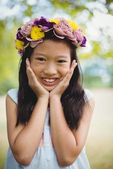 Retrato de menina sorridente posando no parque