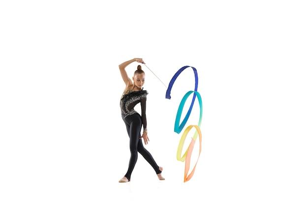 Retrato de menina, treinamento de artista de ginástica rítmica isolado no branco