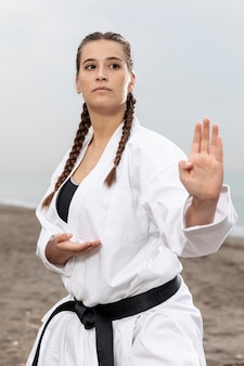 Retrato de menina treinando em traje de karatê
