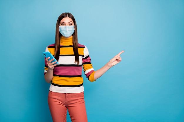 Retrato de menina usando máscara de segurança usando dispositivo, demonstrando a prevenção de doenças virais do espaço de cópia