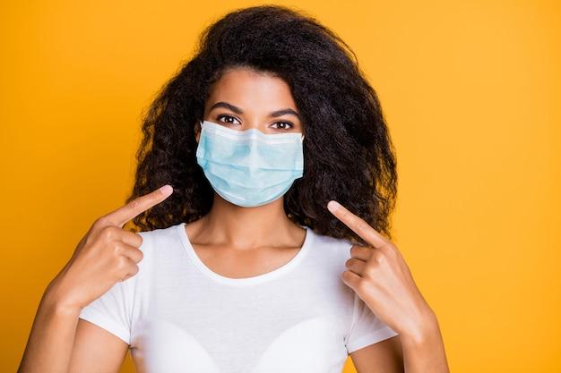 Retrato de menina usando máscara médica segura para descontaminação de ncov-2 covid19
