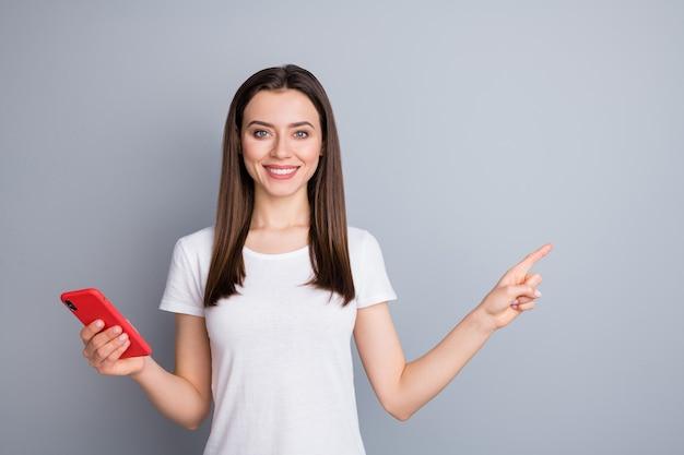 Retrato de menina usando o celular, mostrando o espaço da cópia