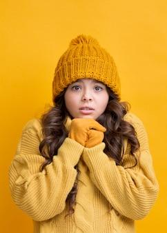 Retrato de menina vestindo roupas de inverno