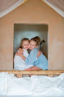 Retrato de meninas adoráveis se divertindo