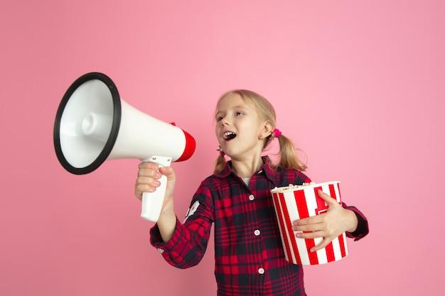 Retrato de meninas brancas no conceito de cinema de parede rosa de estúdio