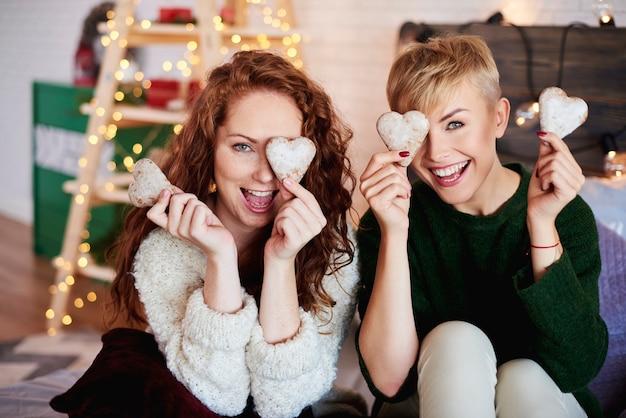 Retrato de meninas brincalhonas com biscoitos de gengibre