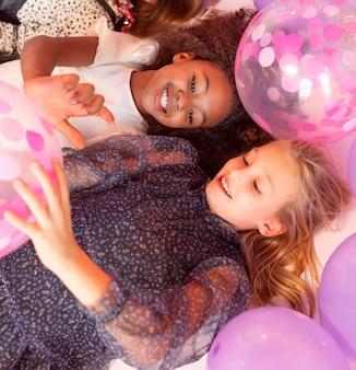 Retrato de meninas em festa com balões