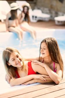 Retrato, de, meninas felizes, sorrindo
