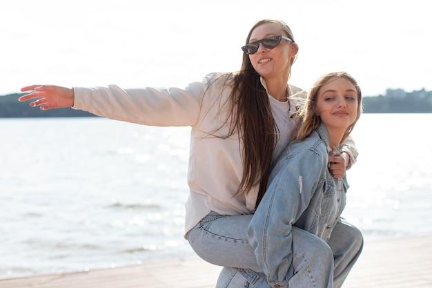 Retrato de meninas se divertindo ao ar livre