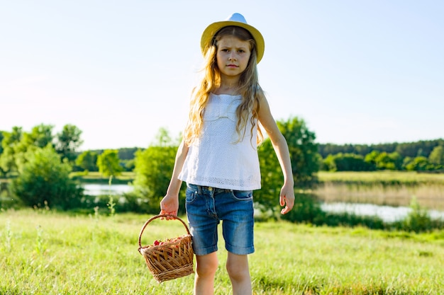 Retrato, de, menininha, com, morangos cesta