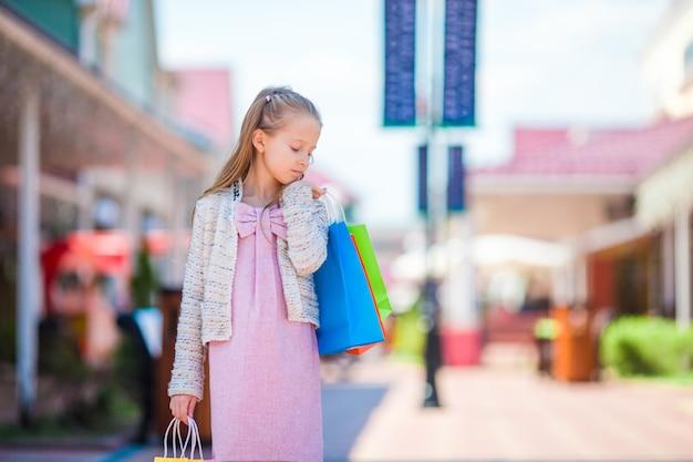 Retrato, de, menininha, shopping, ao ar livre