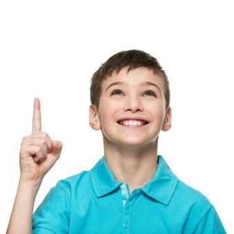Retrato de menino adolescente alegre com uma boa ideia