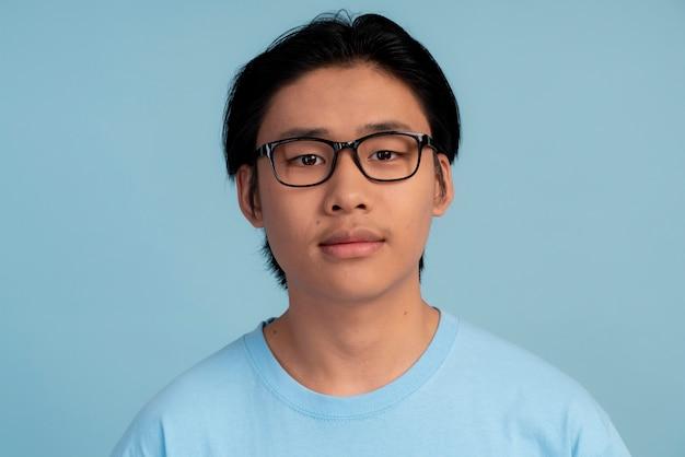 Retrato de menino adolescente asiático com óculos