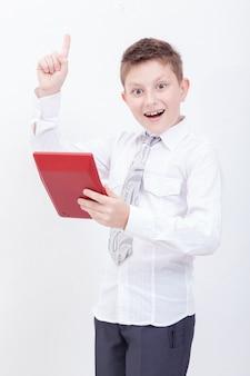 Retrato de menino adolescente com calculadora