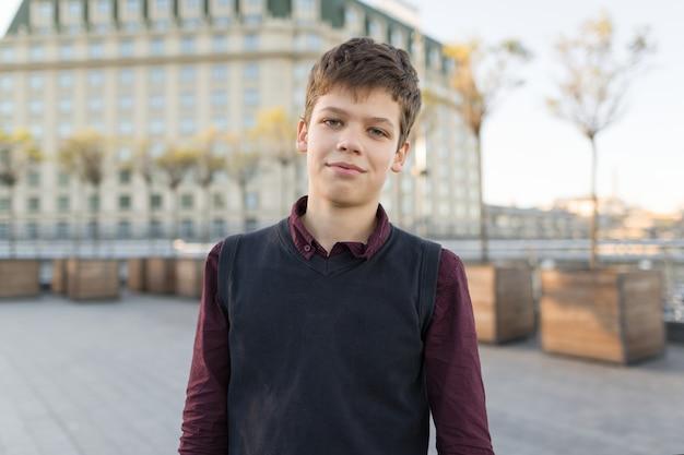 Retrato de menino adolescente