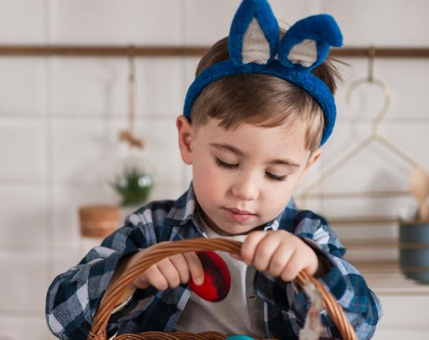 Retrato de menino adorável com orelhas de coelho